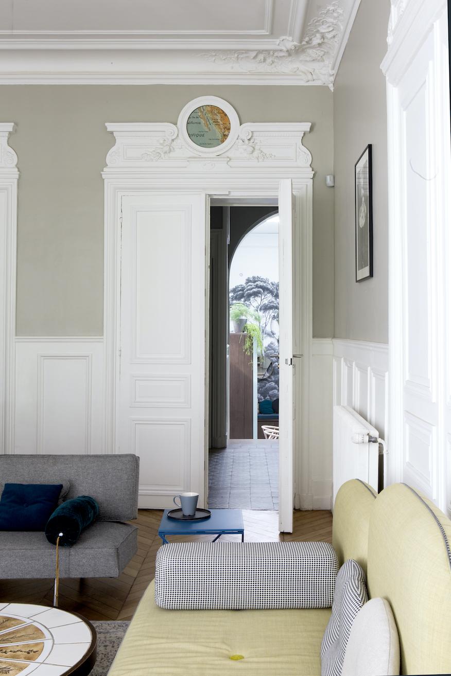 porte hotel particulier à Paris moulure encadrement boiserie mur vert de gris - blog déco