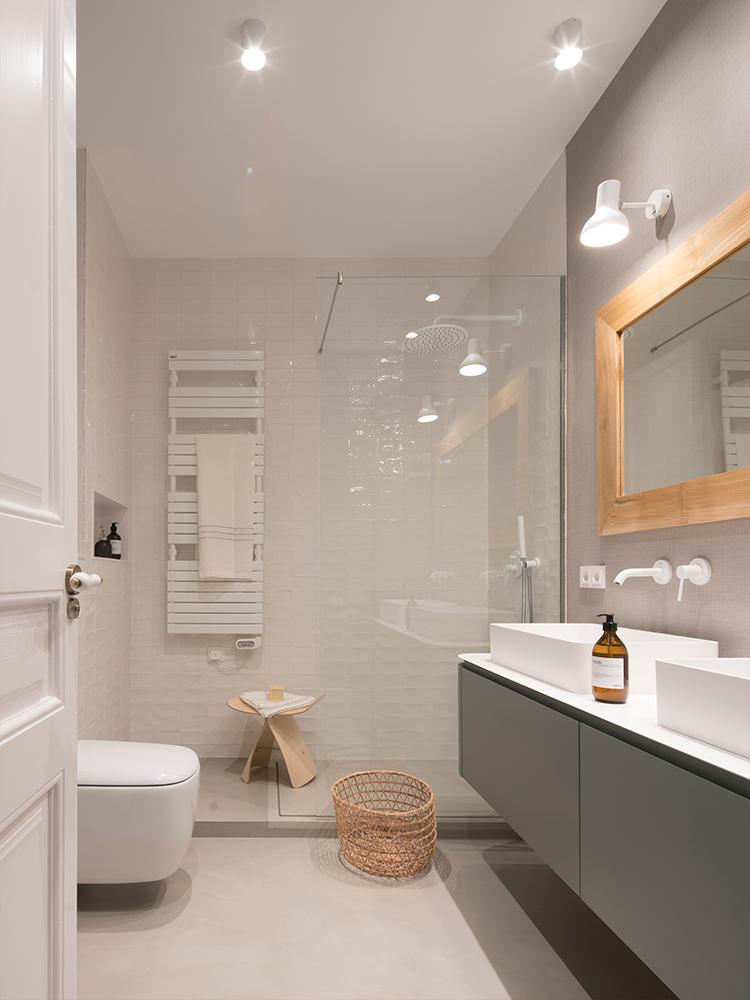 salle de bain enfant grise blanche maison à Barcelone