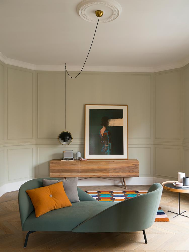 séjour moderne méridienne vert amande peinture moulure maison à Barcelone - blog décoration