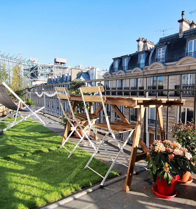 terrasse appartement parisien gazon table extérieure tréteau en bois déco champêtre