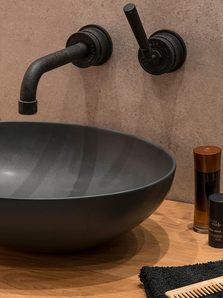 vasque noire robinet vintage mat design maison à Barcelone