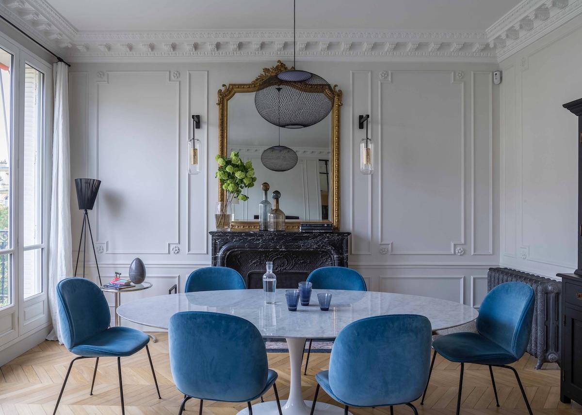 agence Véronique Cotrel salle à manger table ovale Tulip marbre pied centrale chaise velours bleu pied noir