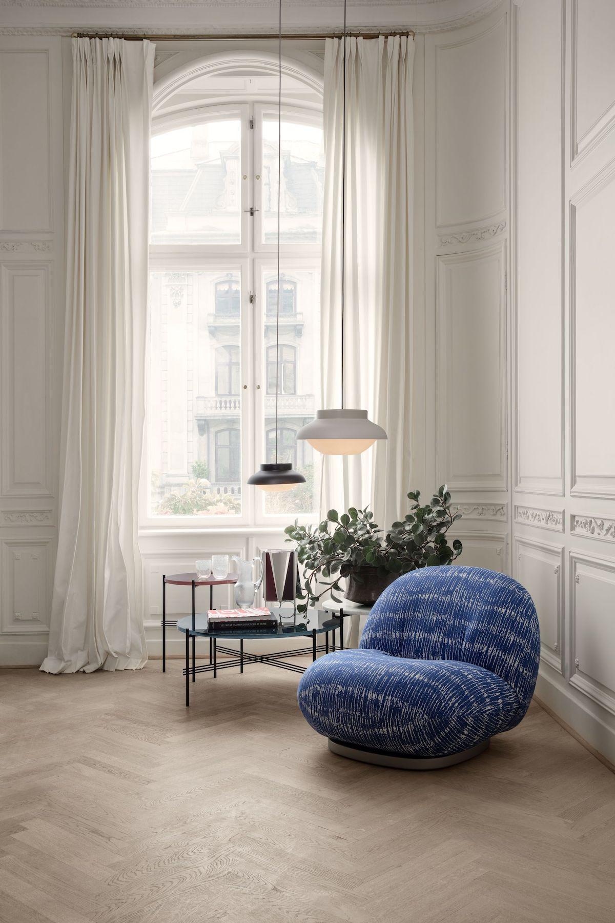 appartement haussmannien tendance déco moderne suspension ronde fauteuil bleu parquet bois lamé