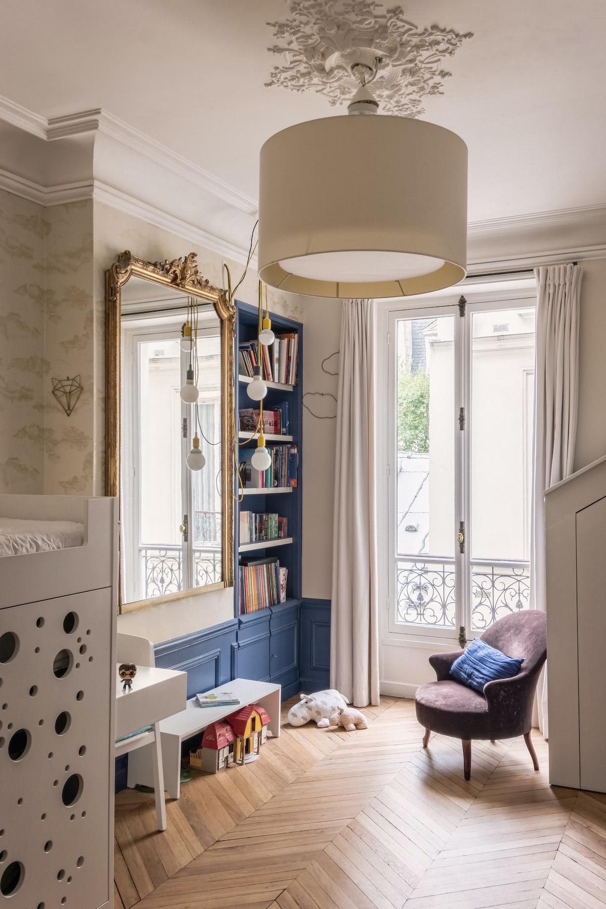 appartement parisian style haussmannien chambre enfant soubassement peint bois bleu roi