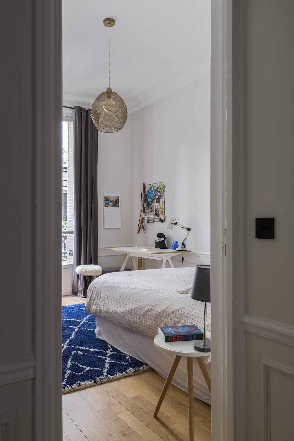 chambre ado housse quadrillée coin bureau pouf chaise fausse fourrure tapis berbère bleu blanc