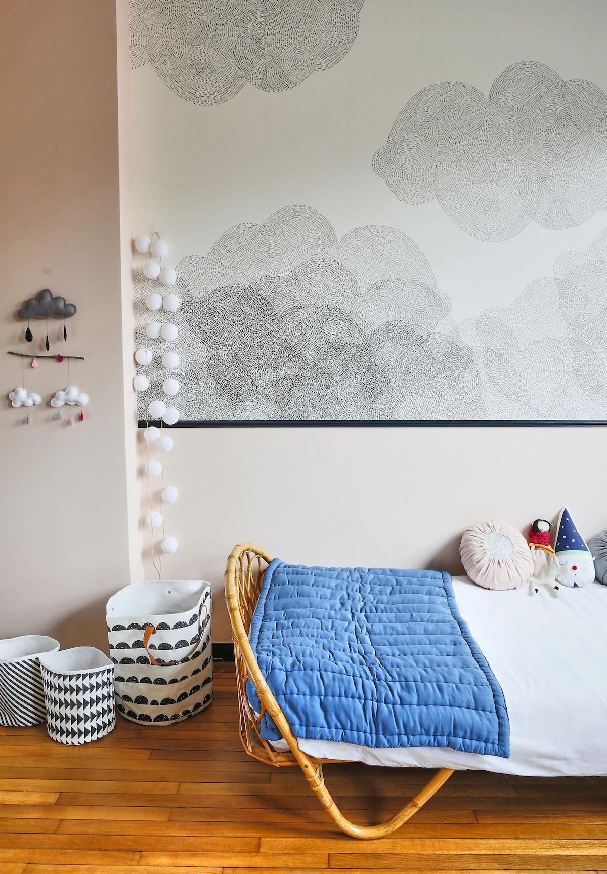 chambre bébé lit rotin papier-peint nuage noir blanc peinture rose bonbon