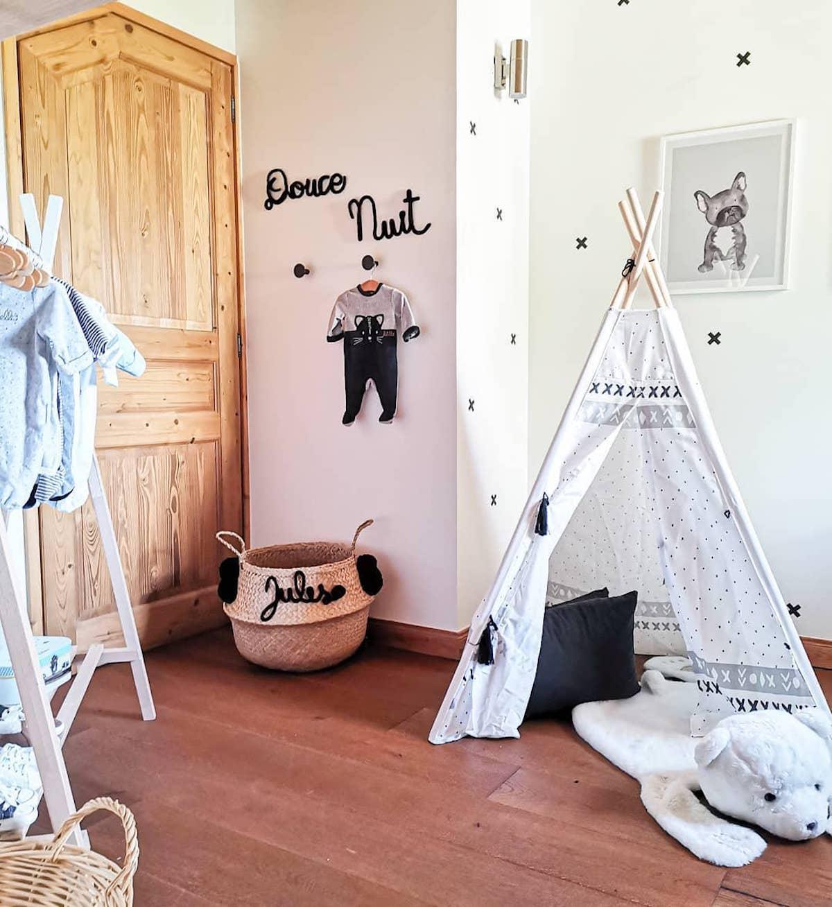 chambre bébé tente tissu bois panier personnalise dressing ouvert Déco by Paolina
