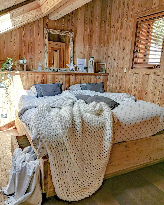 chambre déco style montagne plaid tricot mur bois