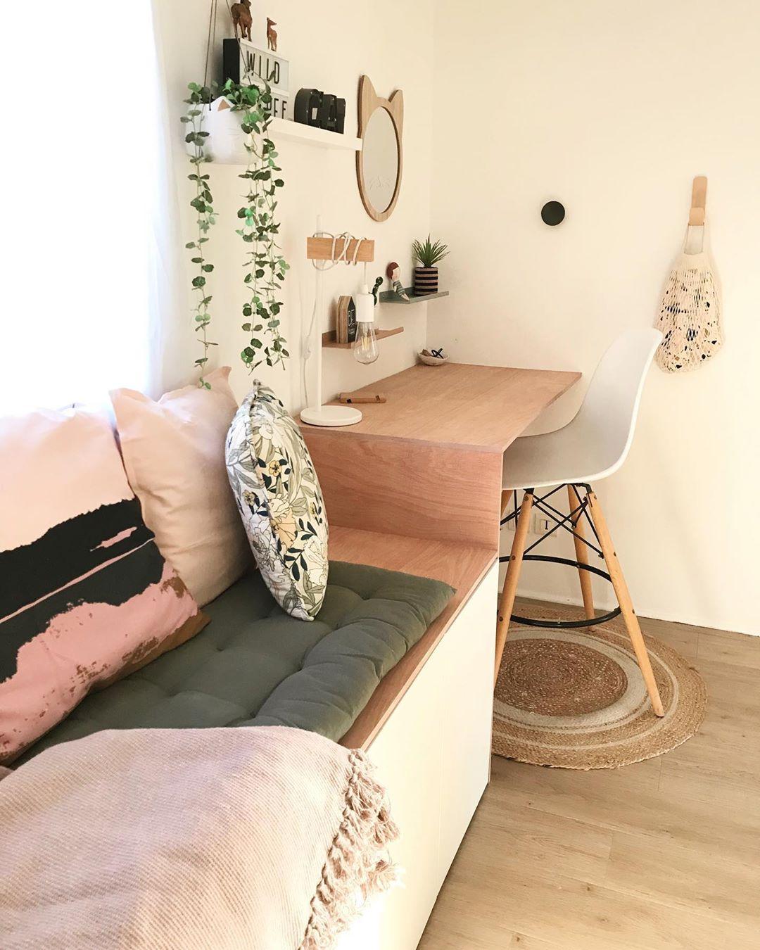chambre enfant déco rose pastel sol parquet en bois banquette blog déco clematc