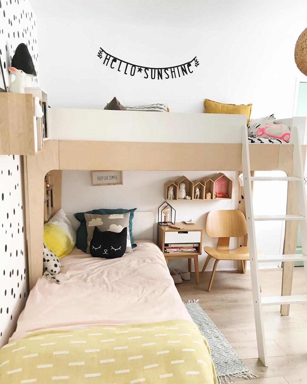 chambre enfant lit en hauteur parquet en bois papier peint noir et blanc