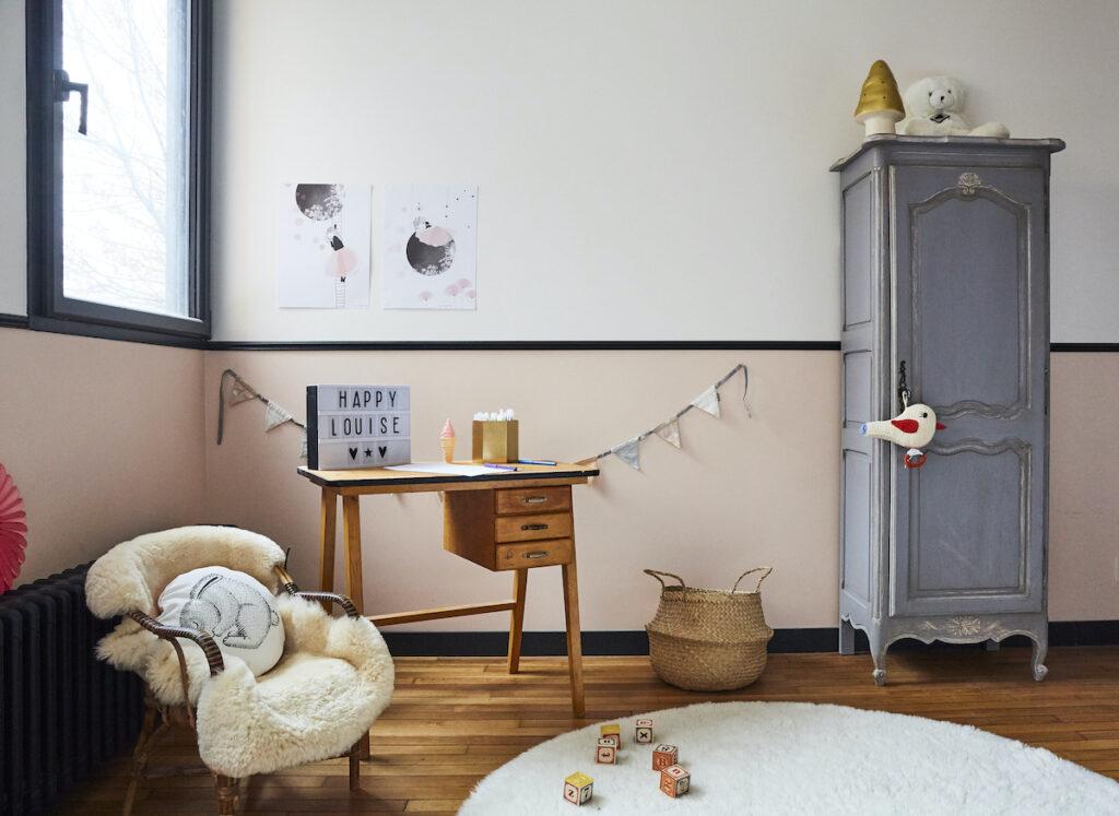 chambre enfant rétro vintage vieux rose armoire parisienne fauteuil rotin