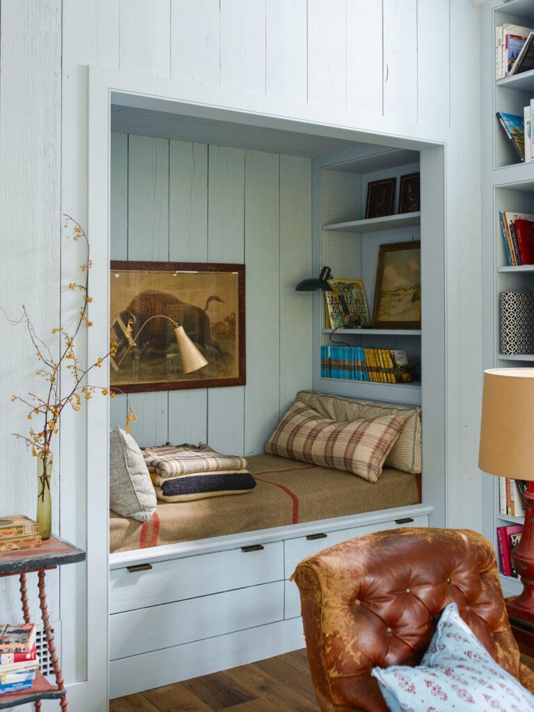 coin salon banquette dans mur canapé cuir marron déco style cottage