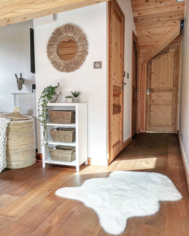couloir bois mur blanc tapis fourrure rangement panier rotin - blog - clemaroundthecorner