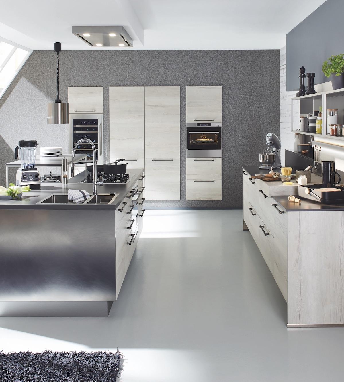 cuisine avec îlot central plan de travail inox meuble bois blanchi table de cuisson centrale