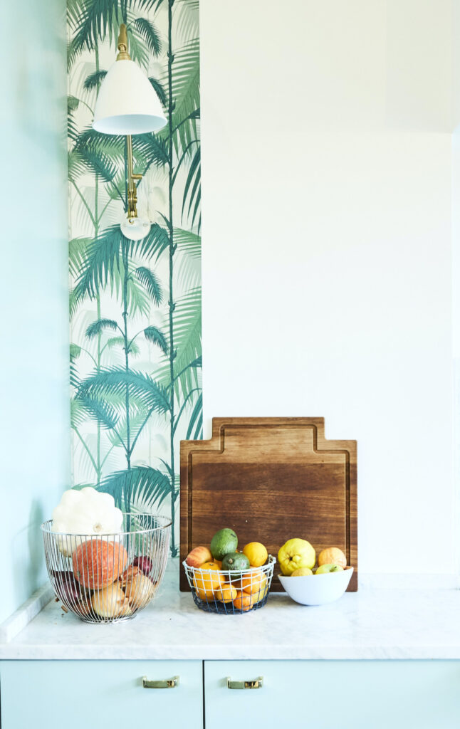 cuisine couleur pastel turquoise plan de travail marbre blanc poignée dorée laiton