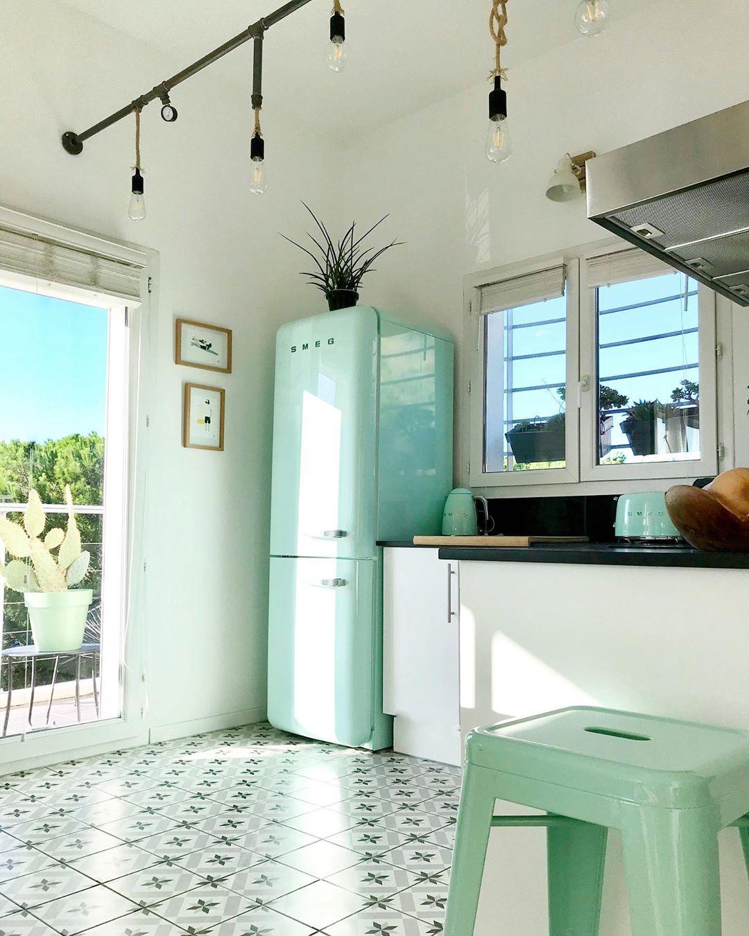 cuisine déco tropicale carrelage géométrique mobilier turquoise style californien