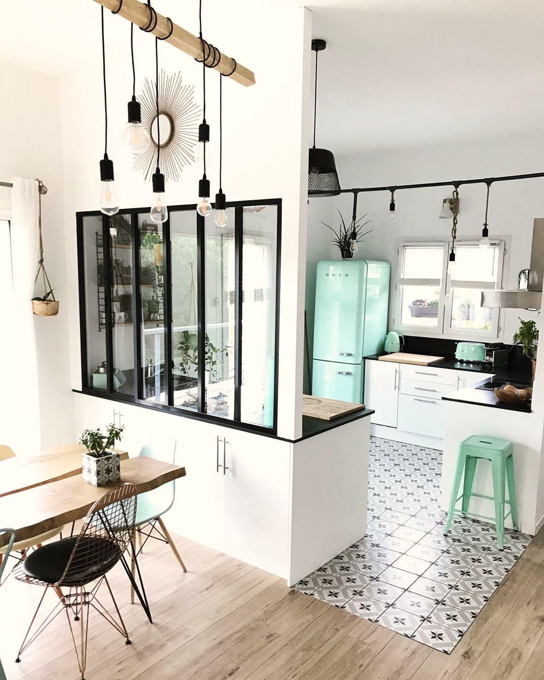 cuisine ouverte carrelage céramique gris suspension bois noir tabouret frigo turquoise