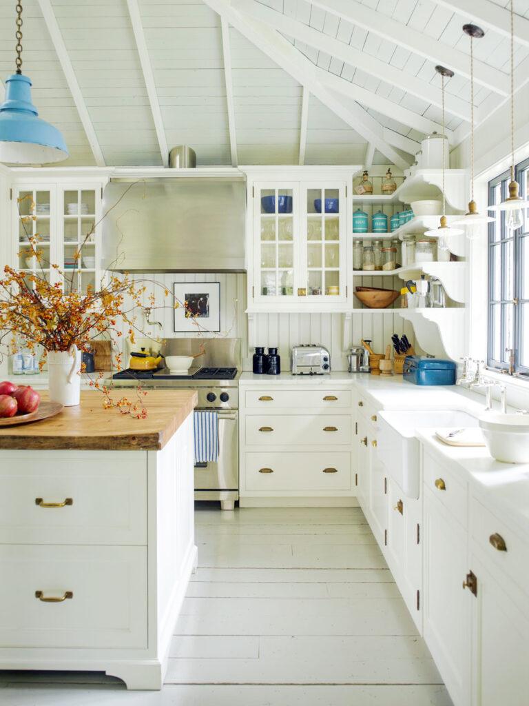 cuisine parquet bois lamé blanc accessoires dorés déco intérieure poutres apparentes clematc