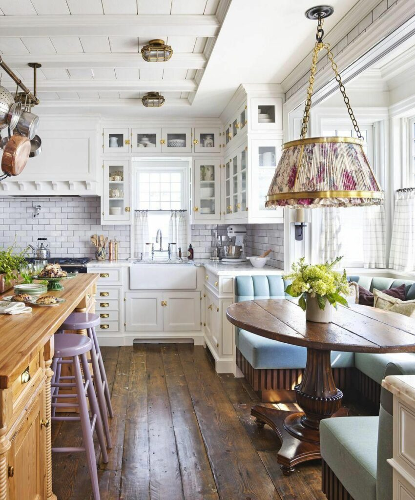 cuisine rétro rustique table ronde bois buffet bois tabouret haut violet parme canapé rembourré cuir bleu