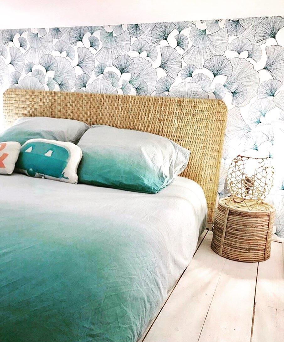 déco tropicale chambre ado tête de lit fibres naturelles drap tie and dye bleu et blanc