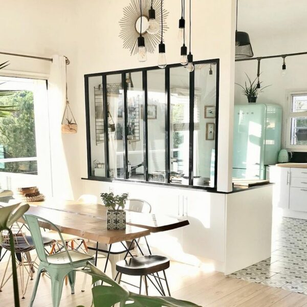 déco tropicale cuisine ouverte lumineuse frigo turquoise