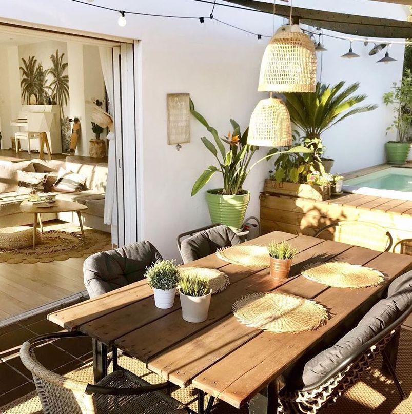 décoration terrasse extérieure table en bois set de table osier lanterne ronde