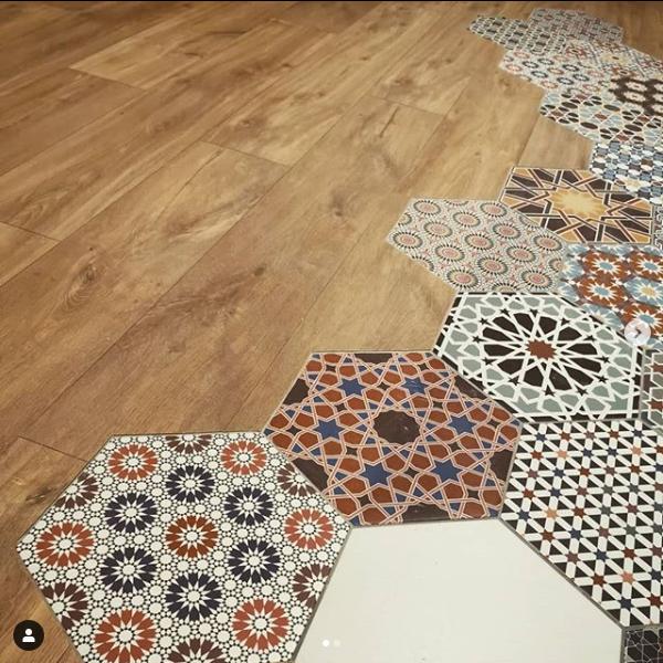 délimiter une entrée dans un salon revêtement sol parquet carreaux de ciment hexagonal