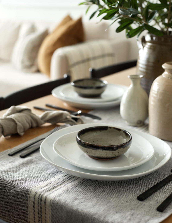 dressage table set en lin gris assiette blanche artisanat bol céramique