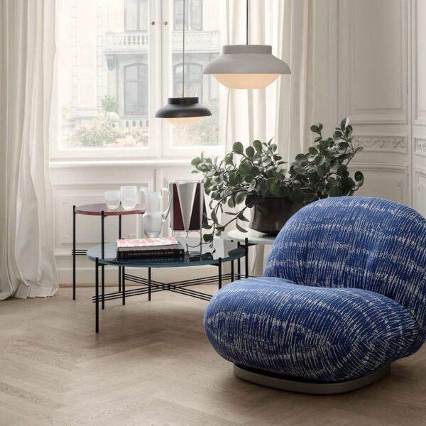 fauteuil contemporain rond bleu blanc déco intérieure appartement parisien table basse ronde