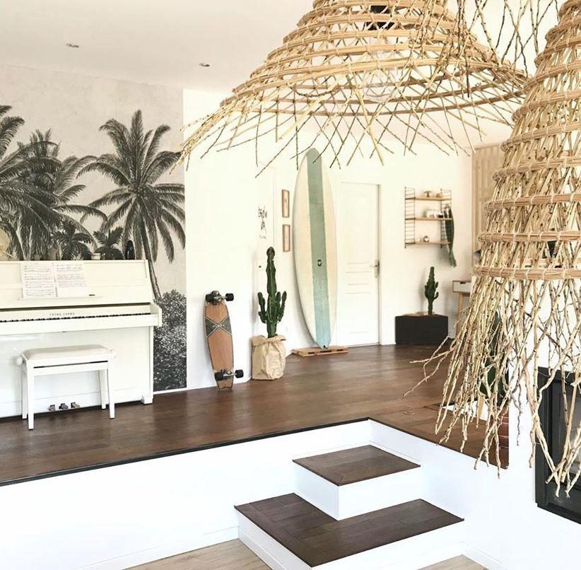hall d'entrée maison contemporaine déco tropicale suspension osier planche de surf
