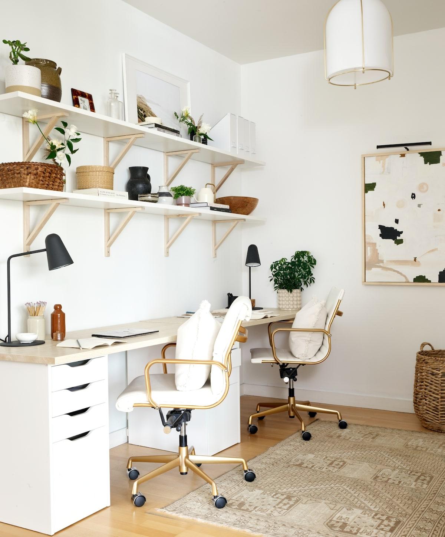 installer coin bureau télétravail créatif maison blanc scandinave chaise ergonomique design dorée