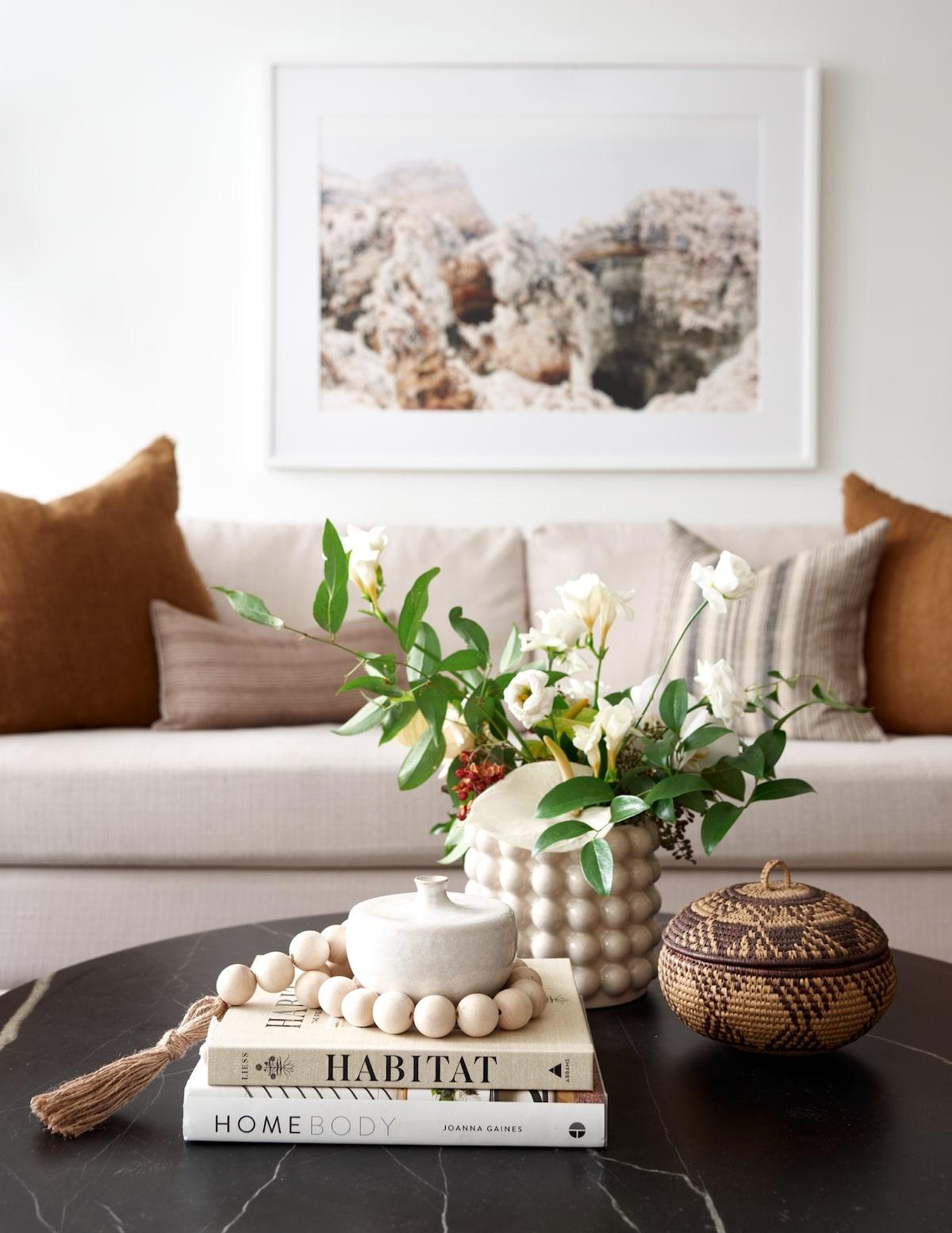 intérieur slow life salon livre décor table marbre noir basse ovale
