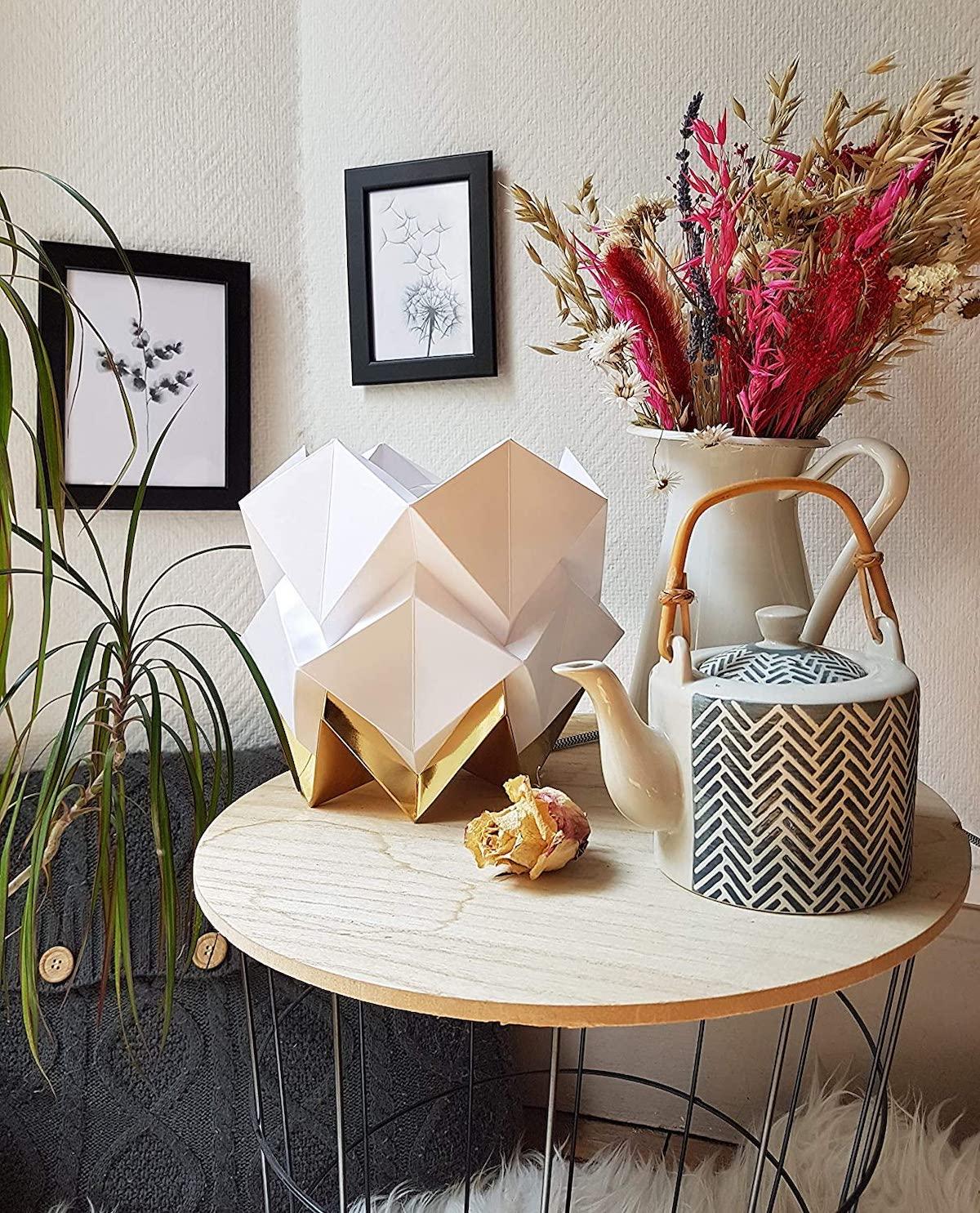 lampe de table papier blanc or table basse corbeille théière