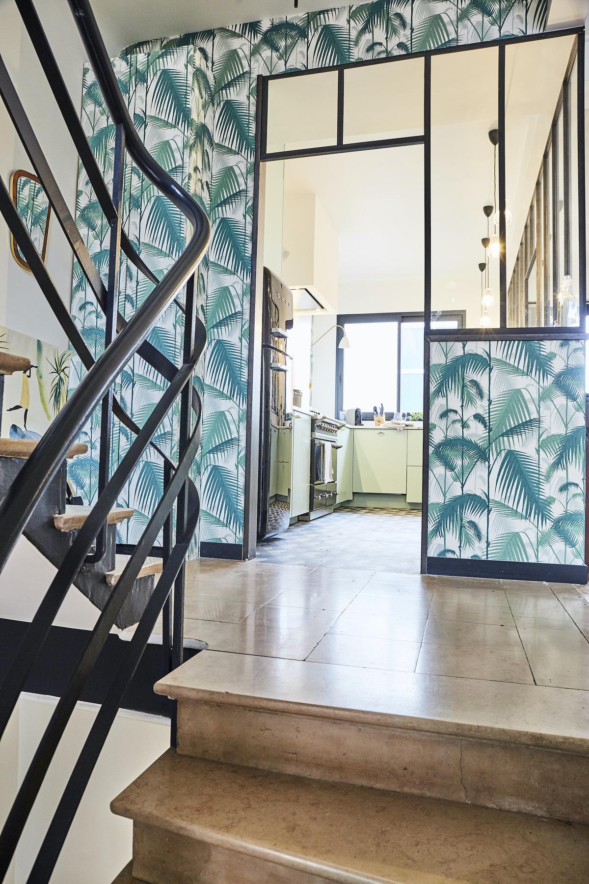 maison paris déco style années 30 verrière papier-peint jungle feuille palmier