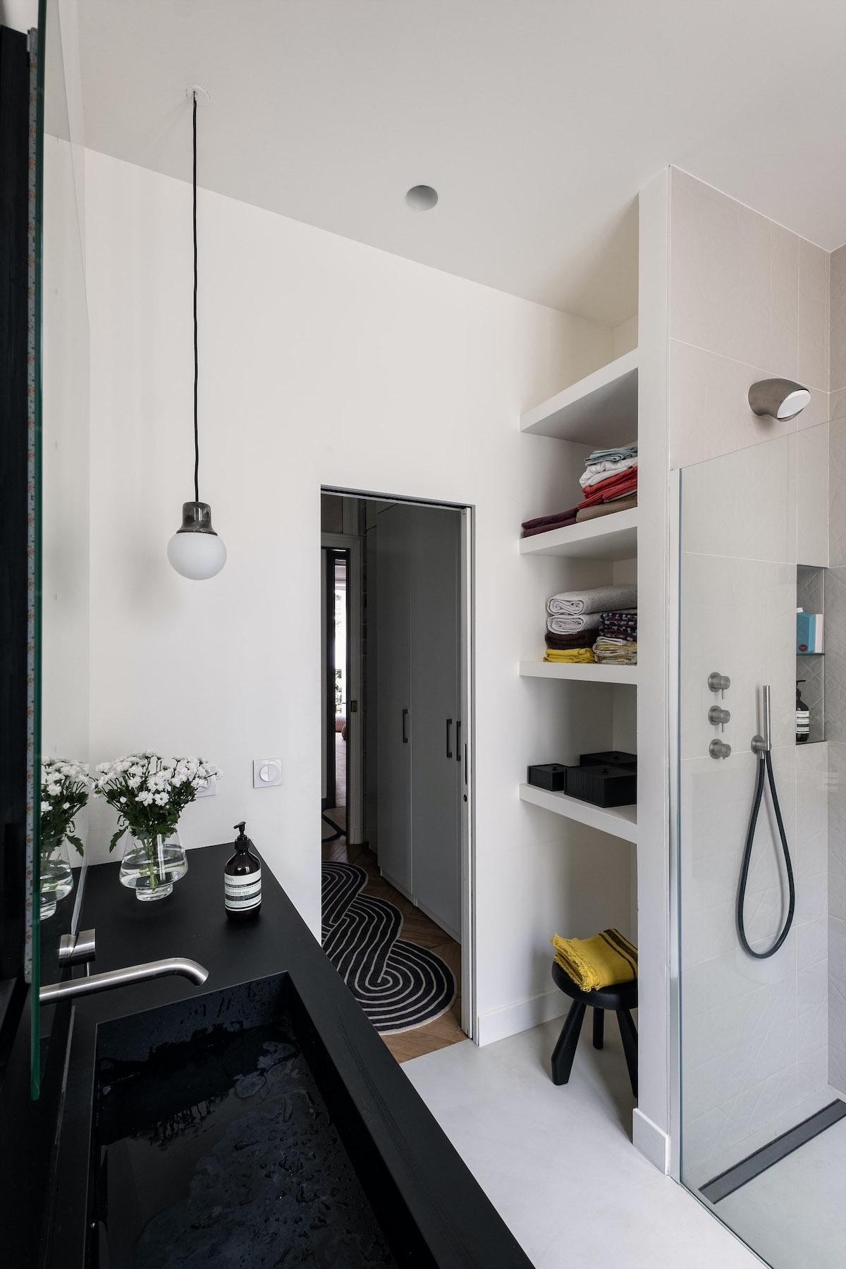 mini salle de douche italienne noire grise blanche parisian style - blog déco - clemaroundthecorner