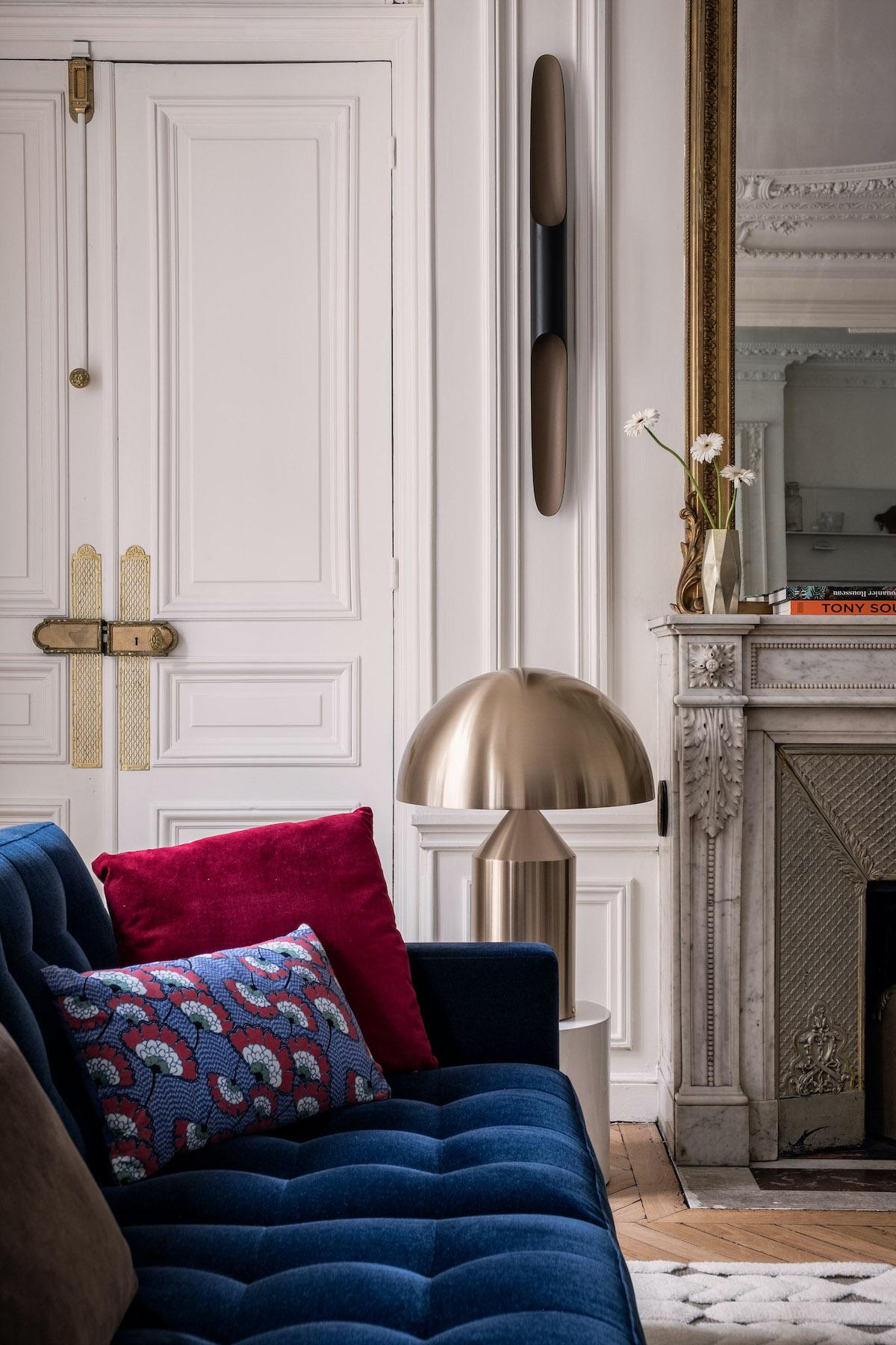 parisian style appartement canapé velours bleu lampe dorée ATOLLO Vico Magistretti O Luce