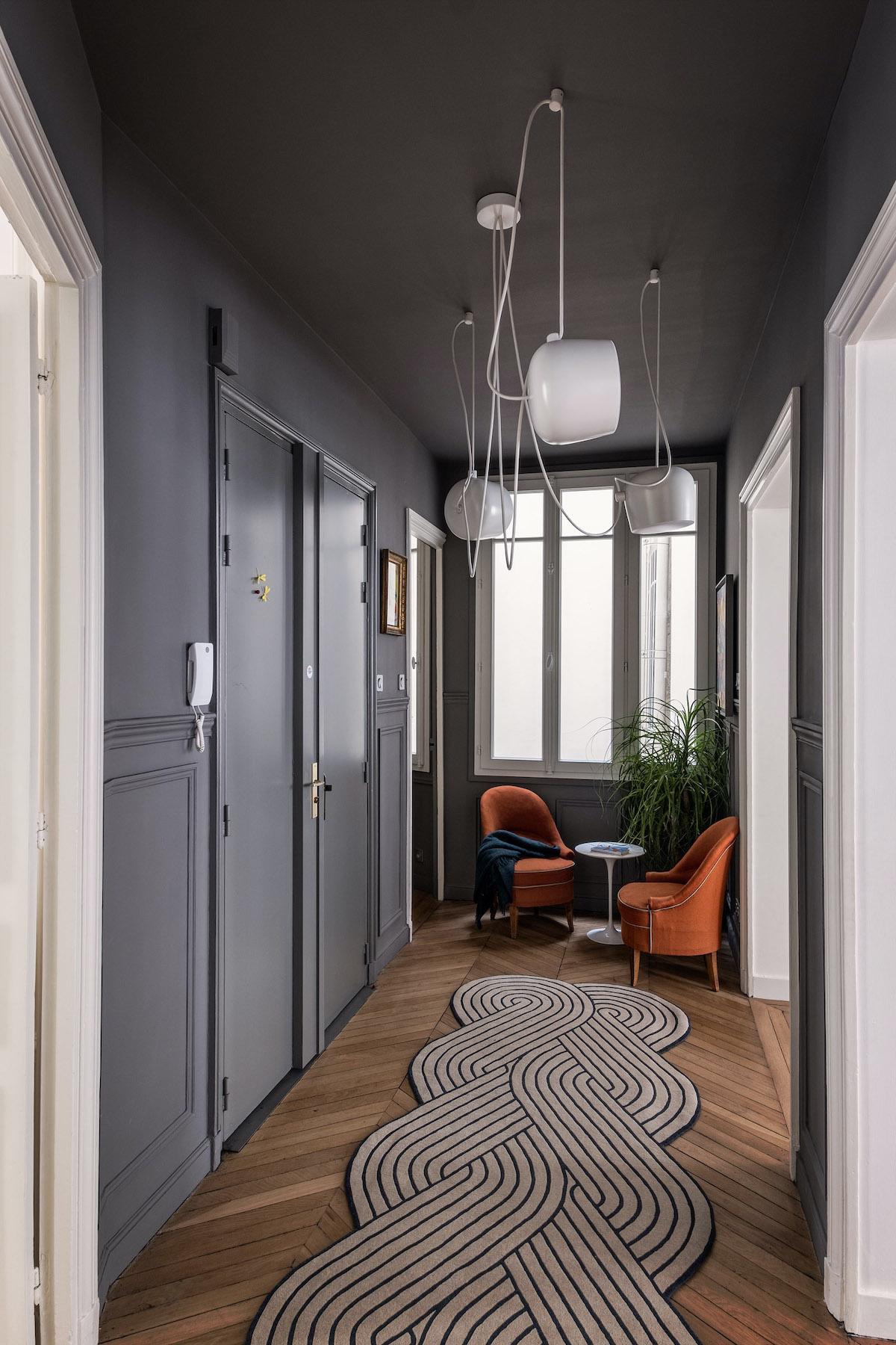 parisien style peinture grise couloir déco moderne suspension bouroullec AIM Flos