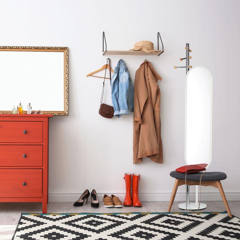 porte manteau miroir pivotant dressing entrée rouge noire commode tapis motif