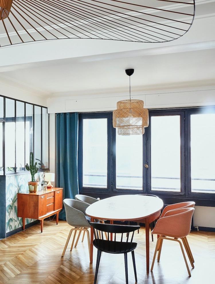 salle à manger parquet massif chevron décoration mix match chaise dépareillée