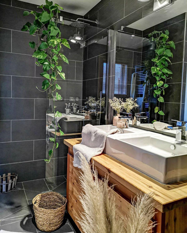 salle de bain déco style montagne carrelage noir meuble bois double vasque Déco by Paolina