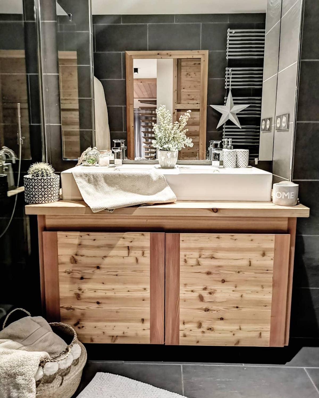 salle de bain design bois pierre noire panier pompon
