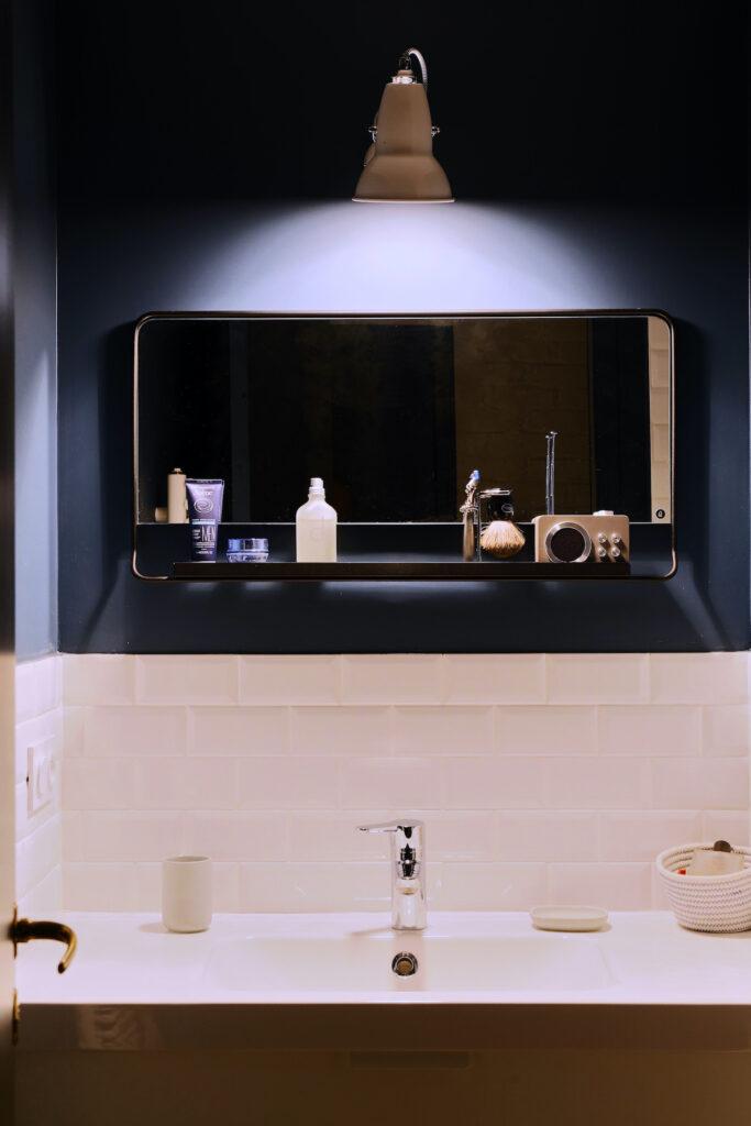 salle de bain noire rose rétro - blog décoration intérieur - clem around the corner