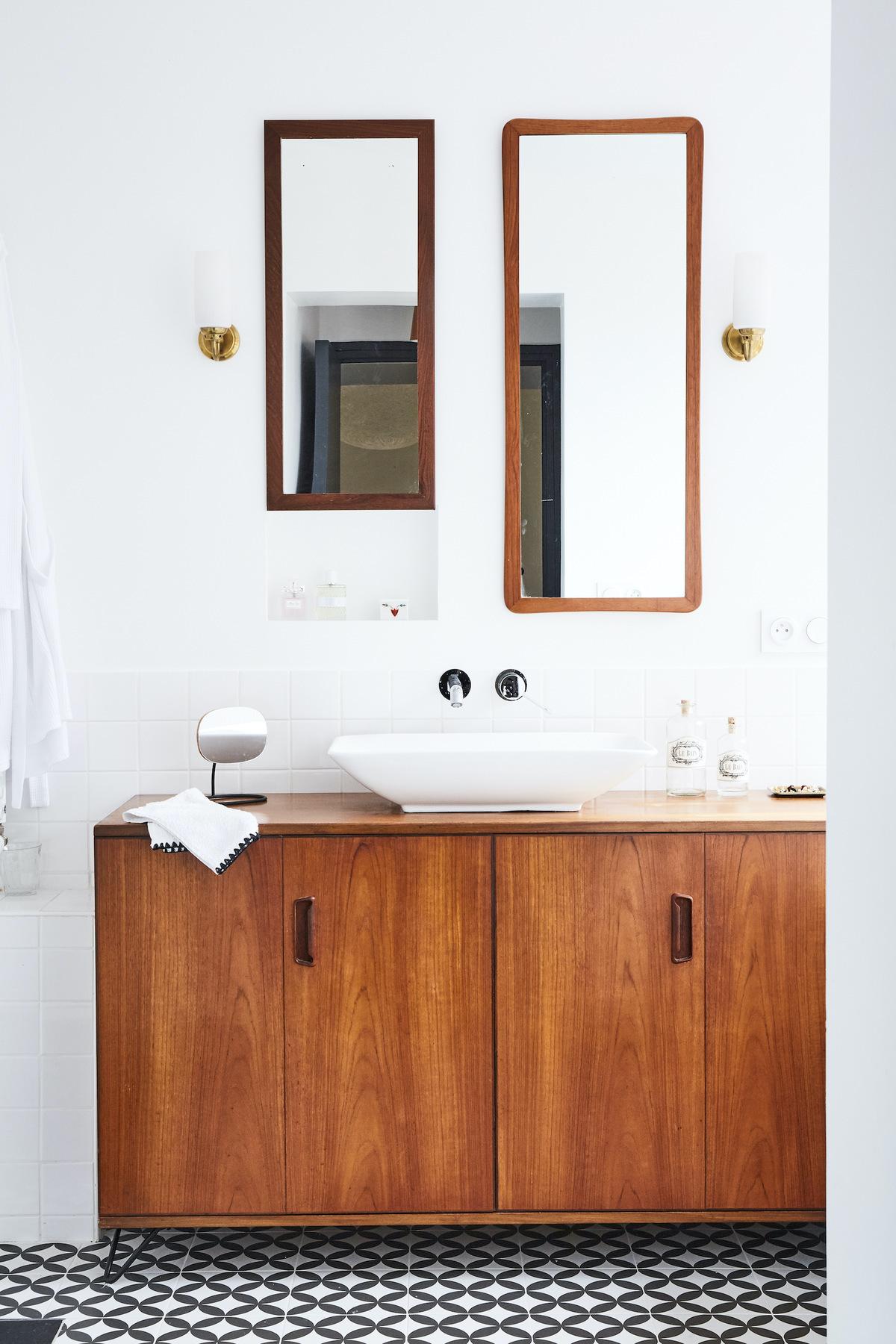 salle de bain style décoration années 30s buffet bois carrelage damier gris blanc