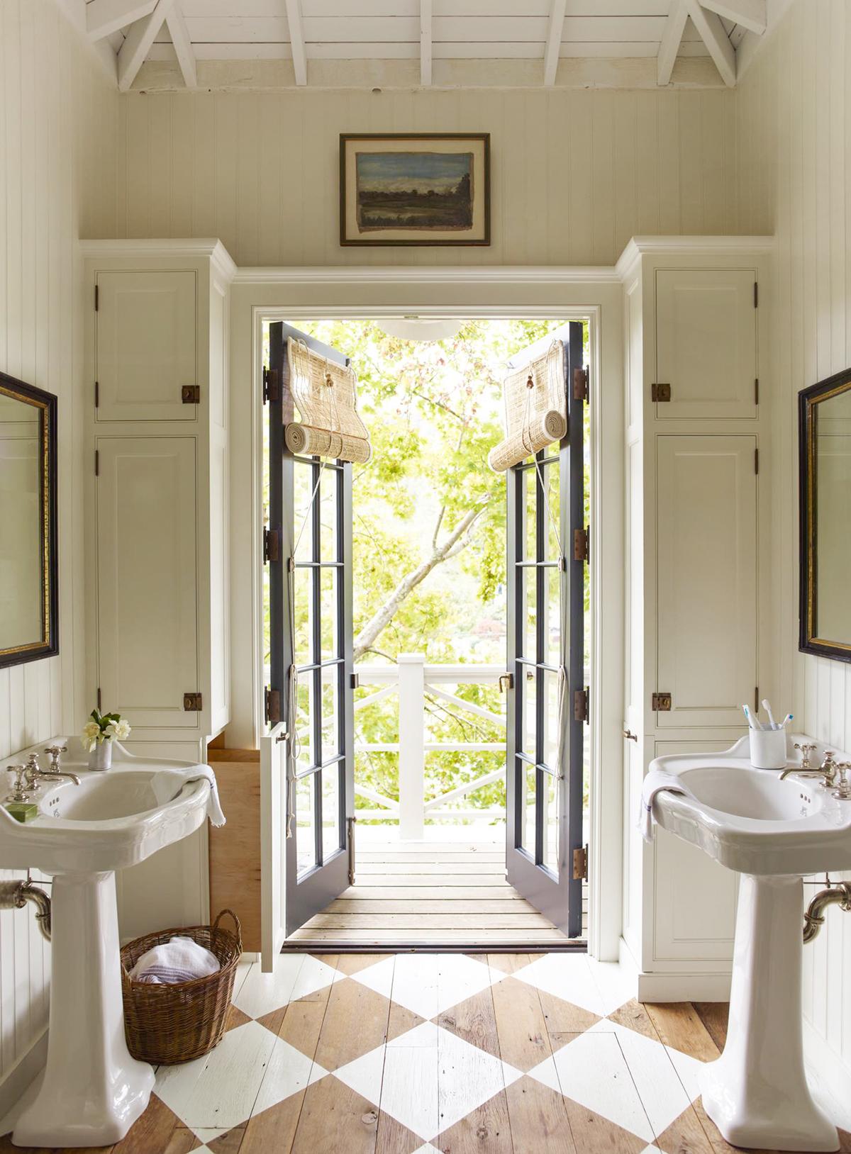 salle d'eau porte fenêtre bois bleu parquet bois lamé déco losange maison campagne