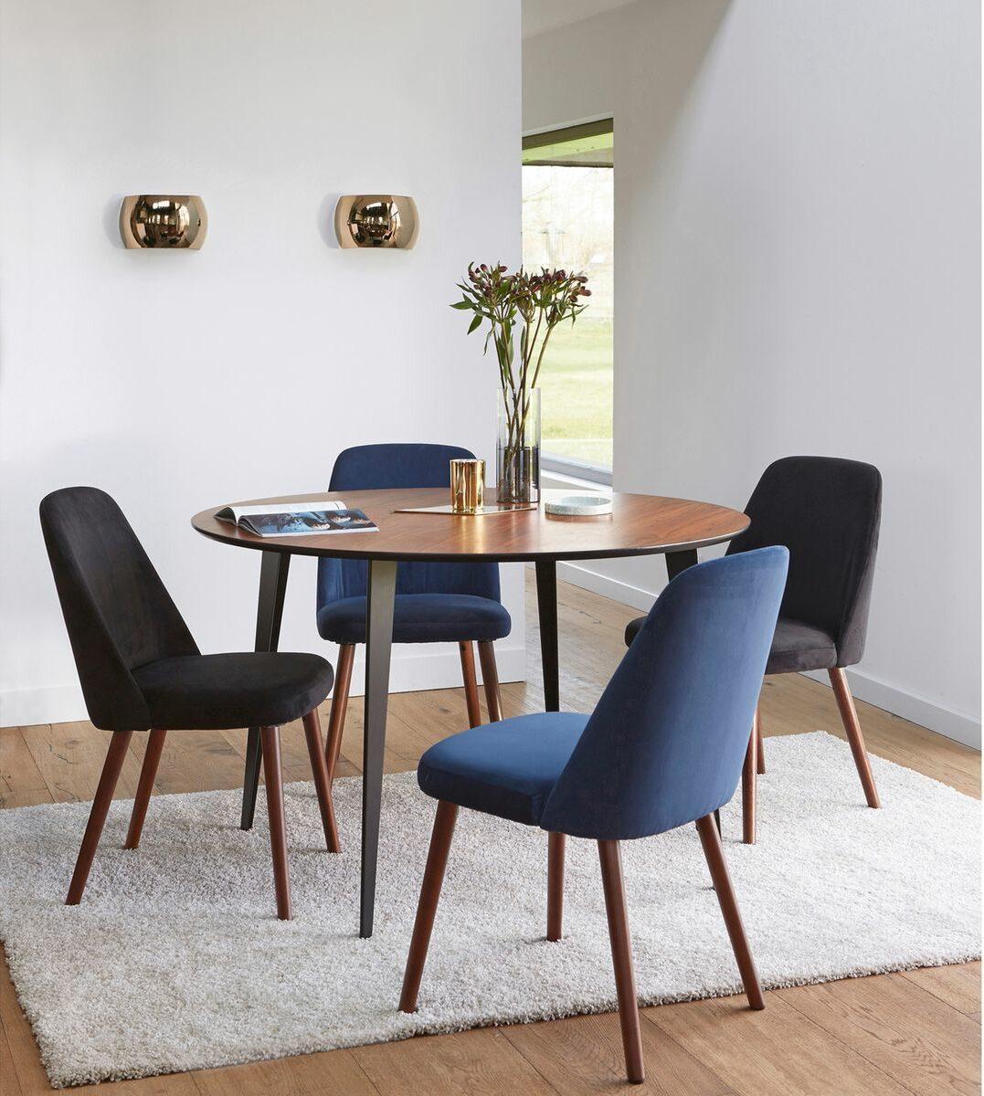 salle manger vintage bois chaise velours couleur différente noir bleu blog déco clemaroundthecorner