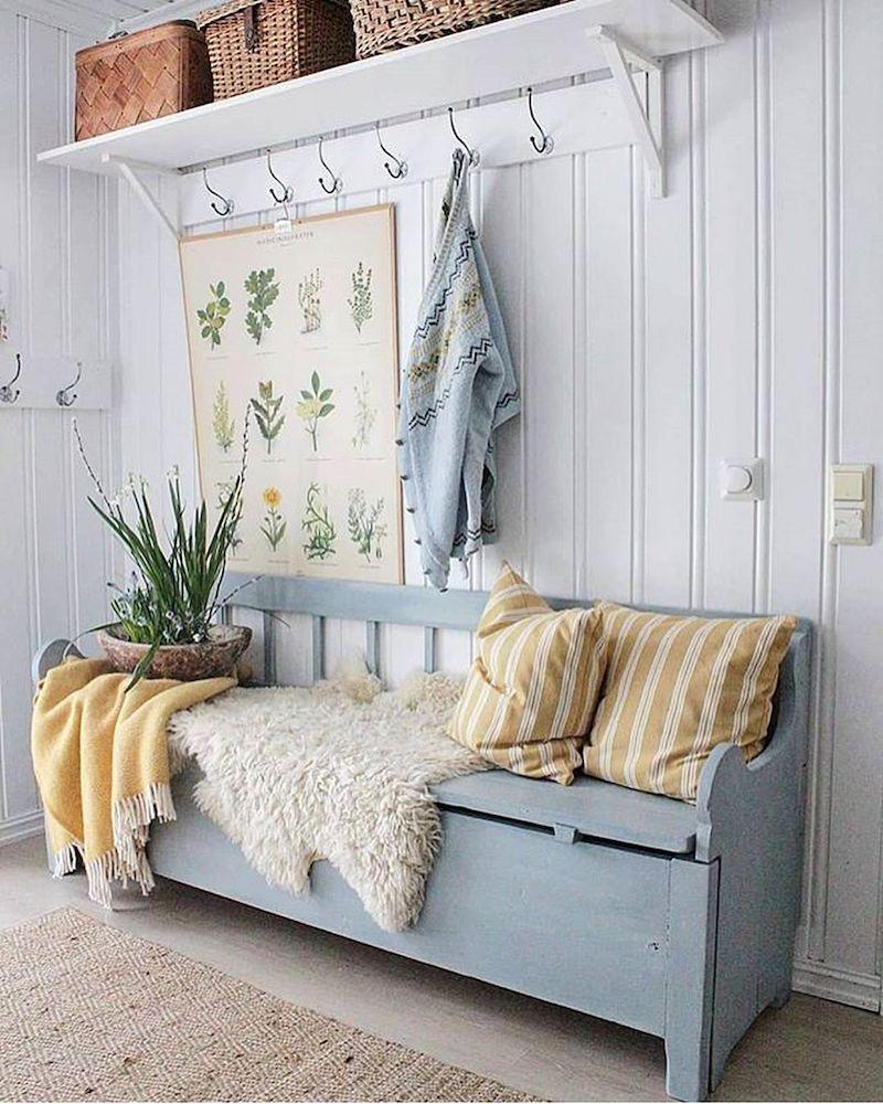 salon banquette bois bleu rétro coussin lin jaune blanc tapis fourrure tapis fibre naturelle