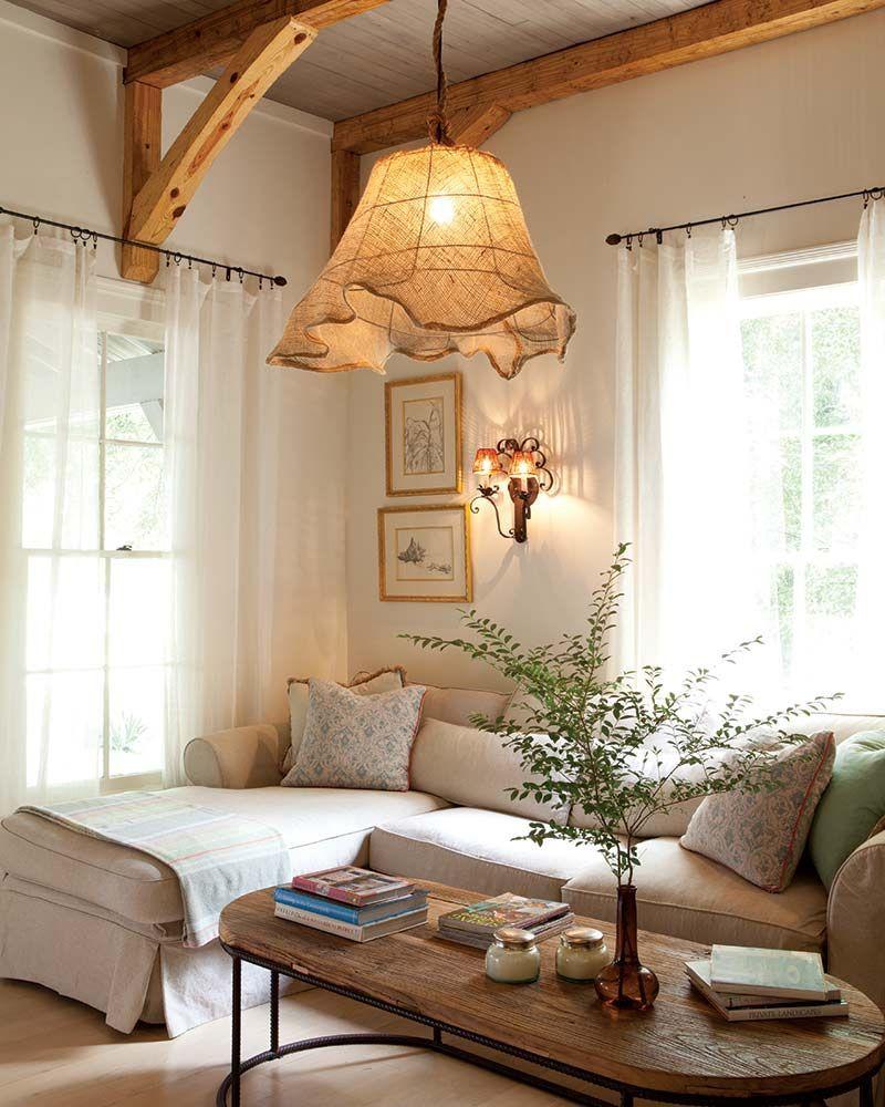 salon cottage anglais canapé d'angle blanc cassé table basse bois et métallique