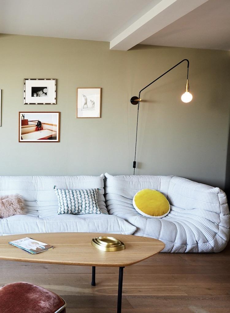 salon décoration rétro canapé pied de poule Togo peinture vert de gris