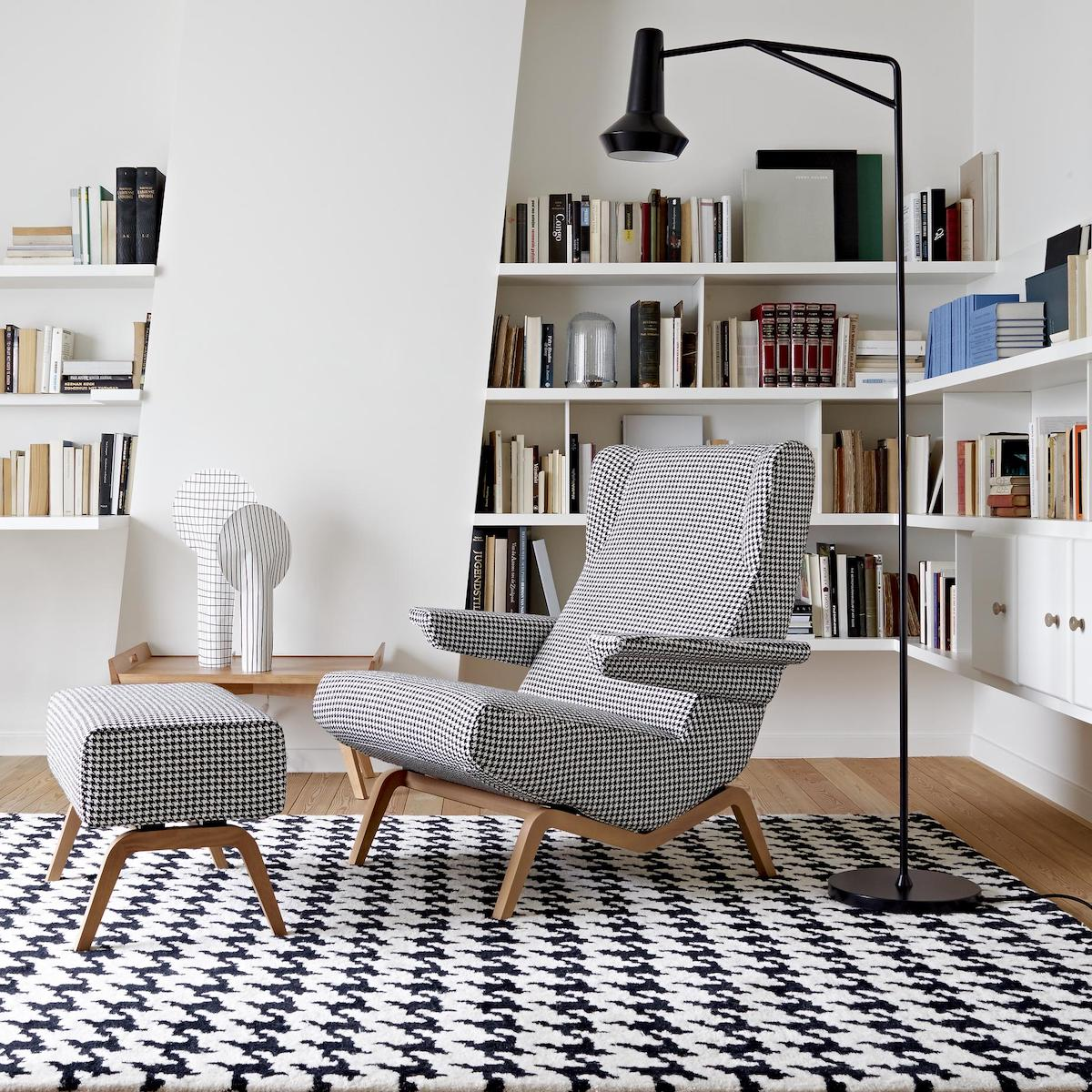 salon intérieure vintage contemporain noir et blanc fauteuil pieds bois