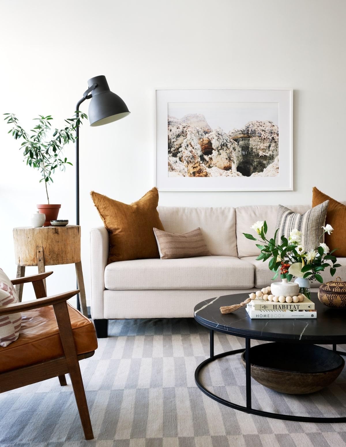 salon ocre blanc beige écru canapé lin coussin lampadaire hygge fauteuil mid-century